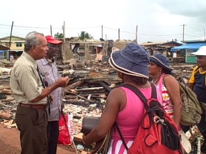 pastor-speaking-with-vendors-who-sell-by-walking-around-in-mahdia